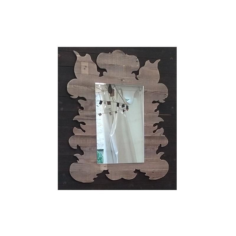 specchio in legno con materiale di recupero